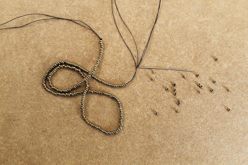 Faire 2 longs  bracelets de perle
